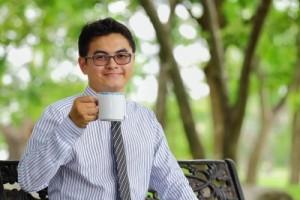 paque tomando cafe